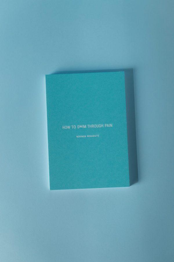 knygos how to swim through pain viršelis žydrame fone