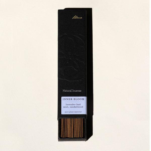 natūralūs smilkalai Inner Bloom juodoje dėžutėje smėlio spalvos fone