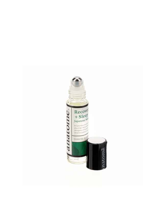 eterinių aliejų mišinys lengvam miegui žaliame stikliniame buteliuke baltame fone
